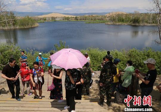进入6月以来,地处中哈边境的新疆兵团首个国家5A级旅游景区——第十师一八五团白沙湖景区逐渐迎来旅游高峰。(资料图) 杨东东 摄