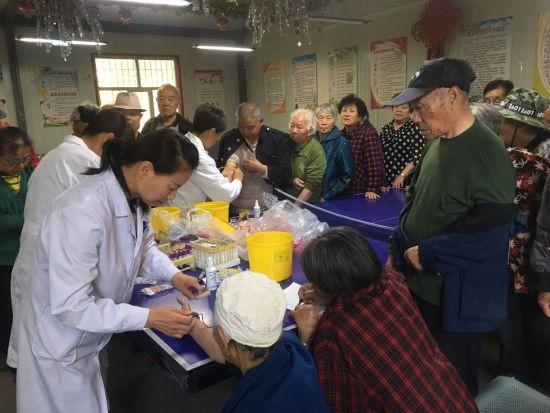 新疆:十一师医院四建社区卫生服务中为二四连社区居民